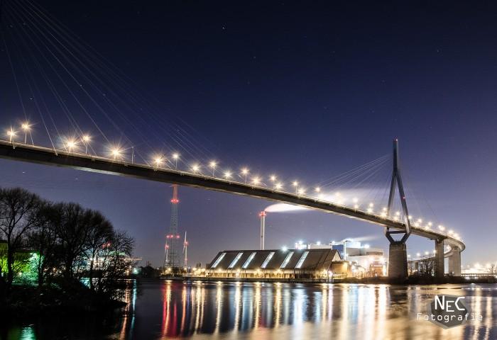 Köhlbrandbrücke im Hafen Hamburg bei Nacht