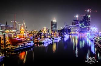Landungsbrücken am Hafen Hamburg bei Nacht, Elbphilharmonie, Feuerschiff