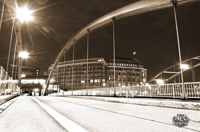 Baumwall Hafen Hamburg bei Nacht