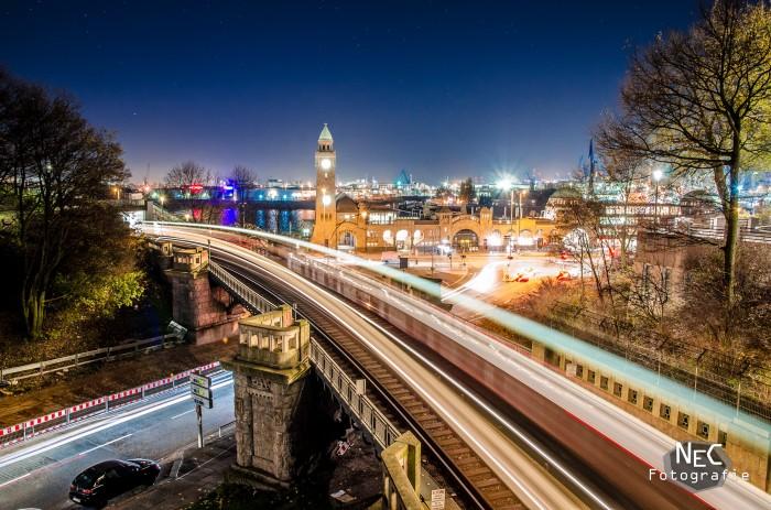 Landungsbrücken am Hafen Hamburg bei Nacht U-Bahn Lichtspur