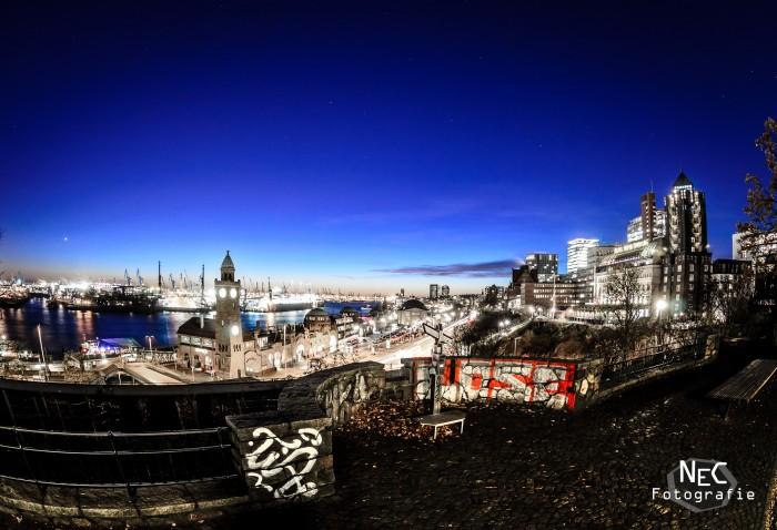 Landungsbrücken am Hafen Hamburg bei Nacht