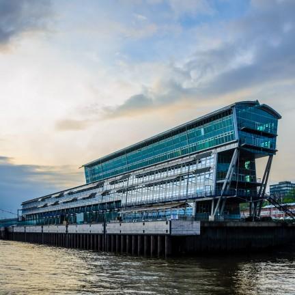 Hamburger Hafen Kreuzfahrterminal im Sonnenuntergang