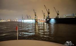 Hamburger Hafen bei Nacht von der Fähre